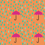 雨下落和伞无缝的样式背景;编辑可能的co 免版税库存照片