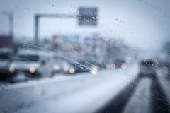 雨下落特写镜头在汽车挡风玻璃下毛毛雨 免版税图库摄影