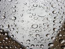 雨下落的马克罗图象在窗口的采取与三星星系笔记8 免版税库存图片
