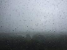 雨下落 免版税图库摄影