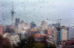 雨下降在俯视奥克兰CBD新的Zealan的窗口的秋天 免版税库存照片