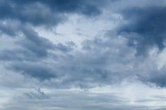 雨云剧烈的喜怒无常的天空背景 免版税库存照片