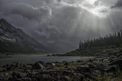 雨云和太阳射线 库存照片