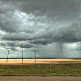雨云和风轮机在南得克萨斯 免版税库存照片