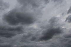 雨云阴暗天空形成在cli的概念的天空的 库存照片