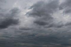 雨云阴暗天空形成在cli的概念的天空的 免版税库存照片
