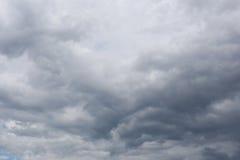 雨云阴暗天空形成在cli的概念的天空的 免版税库存图片