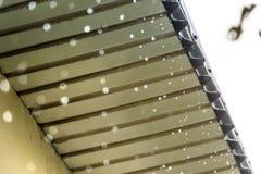 雨从屋顶流动下来 特写镜头 雨季 免版税库存图片