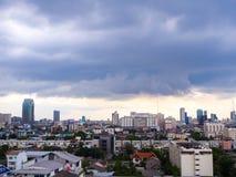 雨厚实的云彩在曼谷市,泰国 库存照片