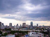 雨厚实的云彩在曼谷市,泰国 免版税库存图片