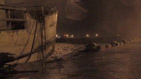 雨吹的小船重的风和阵风在台风期间的 股票视频