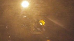 雨吹的警告灯重的风和阵风在台风期间的 影视素材