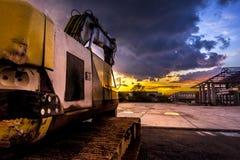 雨和日落,金黄光通过事发光 免版税库存图片