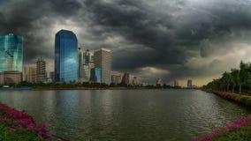 雨和风雨如磐的云彩在都市风景,曼谷, 免版税库存图片