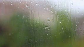 雨和水下落下跌在玻璃的在雨风暴期间,关闭  影视素材