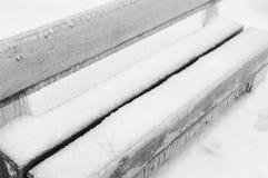 冻雨在公园盖了这条长凳 图库摄影