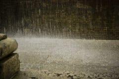 雨在地面上落 库存图片
