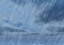 雨在多云天气的风暴背景 库存照片