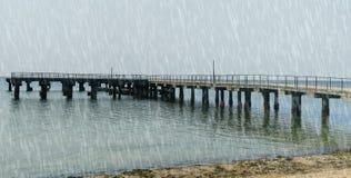 雨在多云天气的风暴背景 免版税库存照片