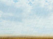 雨在多云天气的风暴背景 免版税库存图片