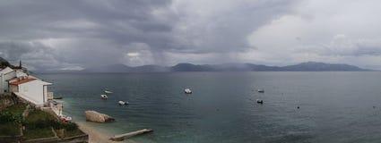 雨在海来临 库存图片