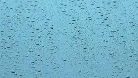 雨在玻璃和流程向下落 股票录像