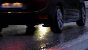 雨天、湿路和汽车光反射 库存照片