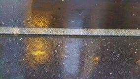 雨天、湿路和汽车光反射 免版税库存图片
