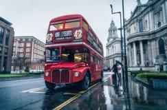雨天在伦敦,在圣保罗` s大教堂旁边的双层甲板船 免版税库存图片
