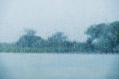 雨天概念 在玻璃窗的雨珠 库存照片