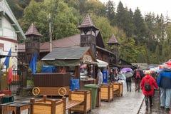 雨天步行的访客往在麸皮城市inVisitors的麸皮城堡在一个雨天走往麸皮城堡在R的麸皮城市 免版税图库摄影