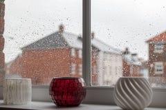 雨天消沉 在现代房子玻璃窗平底锅的雨珠 免版税库存照片
