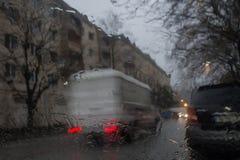 雨天,平衡 下雨在窗口、多雨天气、雨背景、雨和bokeh的下落 库存图片