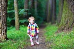 雨夹克的甜女婴走在秋天p的 免版税图库摄影