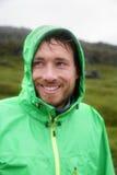 雨夹克-供以人员微笑户外在雨天 免版税图库摄影
