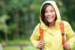 雨妇女远足愉快在森林里 免版税库存图片