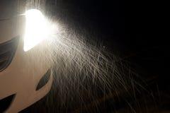 雨影响了在黑暗的轻的汽车车灯 库存图片