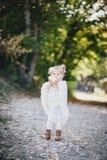 雨披的小女孩吃黄色水多的梨的 图库摄影