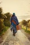雨披的年轻行家女孩带着葡萄酒手提箱 免版税图库摄影