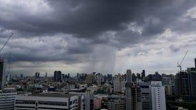 雨来到城市 2017年7月14日在曼谷,泰国 免版税库存照片