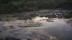 雨林在大叻 从顶视图的瀑布Pongour 水小河在石头的 股票视频