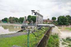 雨水抽了入从洪水风暴保留池塘的河 免版税库存图片