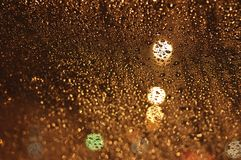 雨水抽象滴在玻璃的 免版税库存图片