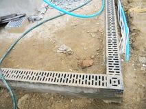 雨水排水系统设施 安装排水系统在楼房建筑站点 免版税库存图片