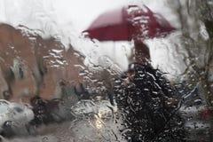 雨水滴在玻璃背景的 在视窗的雨下落 库存图片