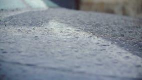 雨珠打破汽车的表面上 影视素材