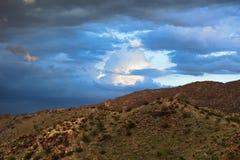 暴雨生产在菲尼斯,亚利桑那南部的山的黑暗的云彩  免版税库存照片