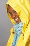 雨衣工作室佩带的妇女黄色年轻人 免版税库存照片