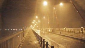 雨重的风和阵风在一座桥梁的在台风期间 影视素材