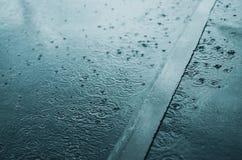 雨,秋天,天气概念-在多雨晚上搅浊和飞溅水 库存图片